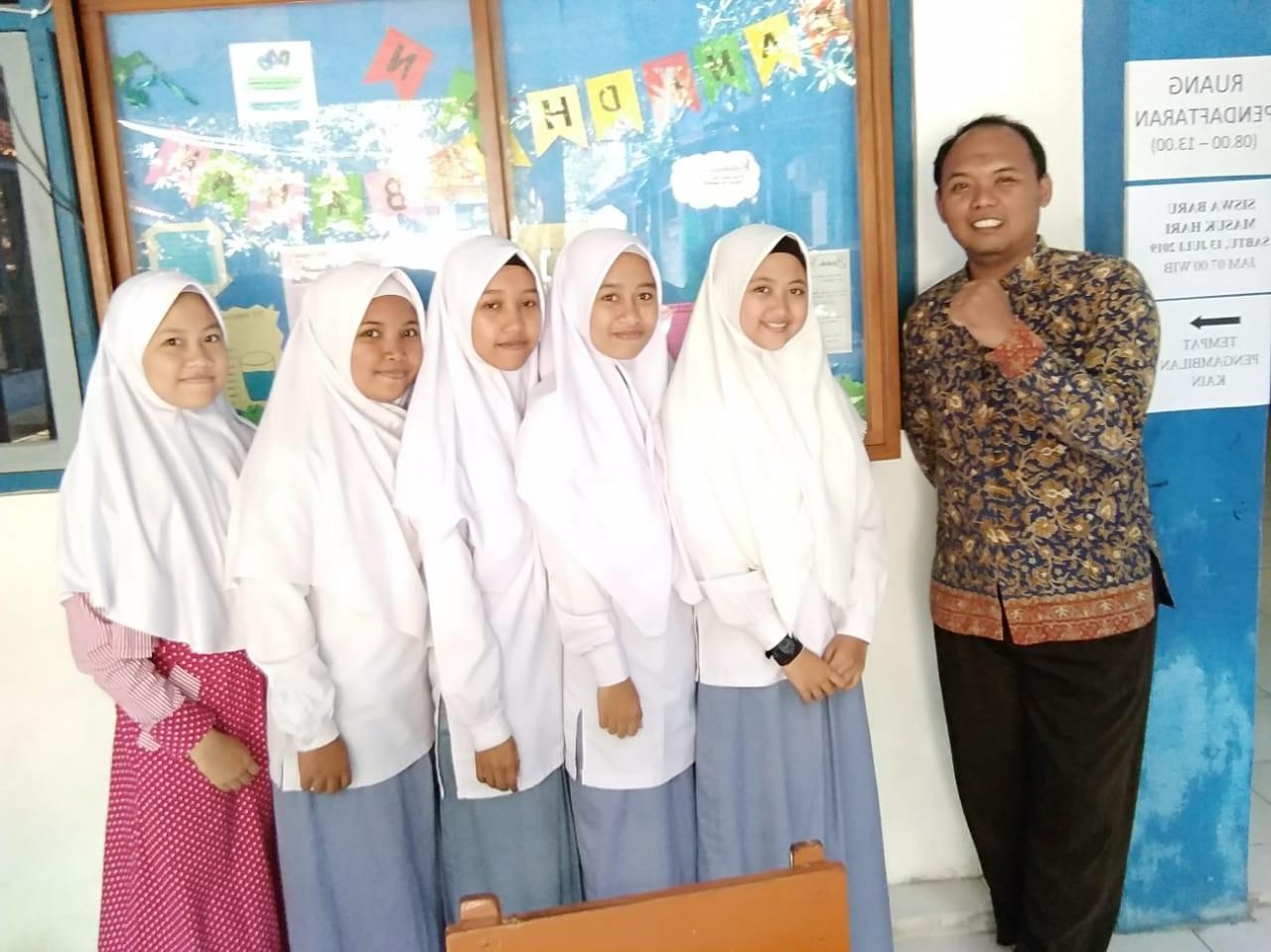 Pak Hasim dapat hadiah dari wali murid